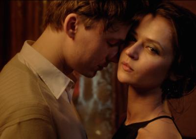 """Ekraanitõmmis filmist """"He Took the Bottle But Left the Girl"""". Näitlejad Madara Botmane & Martinš Meiers"""