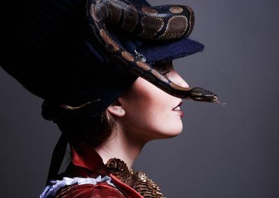 Fotograaf: Kertin Vasser / Modellid: Miina ja kuningpüüton Kringel / Stilistika ja aksessuaaride autor: Birgita Silberg